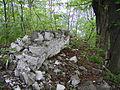 ...zupełnie zrujnowanego muru z białego kamienia..JPG