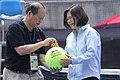 06.12 總統視察「台北市網球中心」,於主辦單位準備的紀念球上簽名 (35122777181).jpg