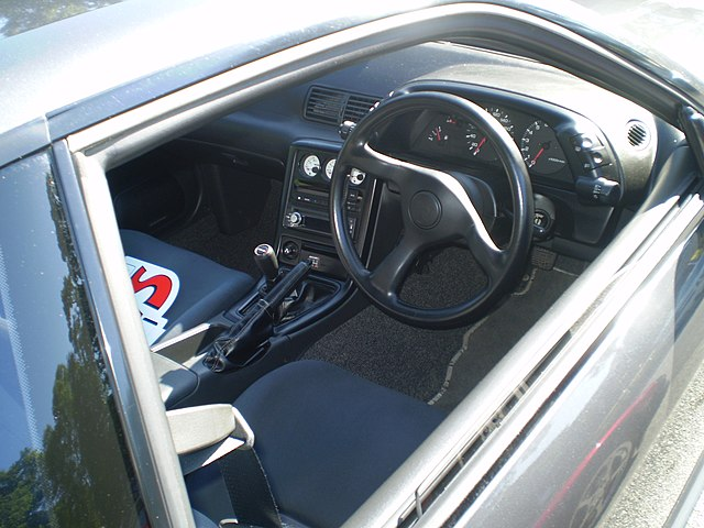 https://upload.wikimedia.org/wikipedia/commons/thumb/4/46/1990_nissan_skyline_gt-r_%28interior%29.jpg/640px-1990_nissan_skyline_gt-r_%28interior%29.jpg