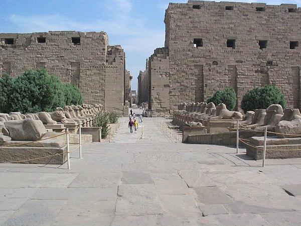 Karnak - Aleja Sfinksów, droga do świątyni w Luksorze. Źródło: Wiki Commons, autor: Chipdawes.