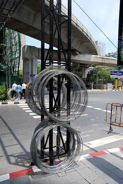 File:2010 0513 razor wire silom road.JPG
