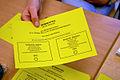 2013 Wahl des Oberbürgermeisters von Hannover, Stichwahl, 05a, ein Stimmzettel wird persönlich je einmal nach Wählerliste überreicht, Sie haben eine Stimme.JPG