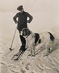 9990. Roald Amundsen med sin hund - no-nb digifoto 20150220 00141 bldsa RA alb001 010.jpg