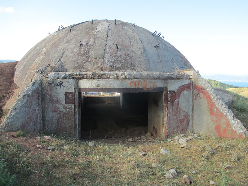 קובץ:A bunker in Albania, near Macedonia border.JPG