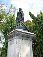 A statue of Queen Isabel II in Intramuros.jpg