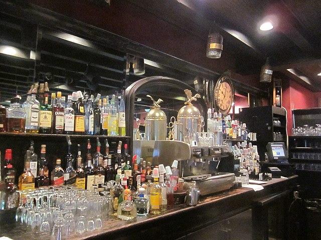 bar z maszyną do kawy