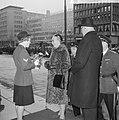 Afscheid burgemeester Van Walsum van Rotterdam, bloemen aanbieden door agente me, Bestanddeelnr 917-4643.jpg