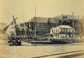 Arsenal da Marinha em Lisboa, numa fotografia de Augusto Xavier Moreira (c. 1865).png