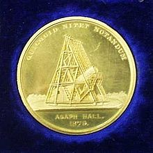 A gold medal, featuring an image of a telescope. Engraved with 'Aspah Hall 1979' and 'quicquid nitet notandum'