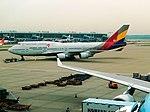 Asiana 747-400 Combi HL7423 at ICN (28417066316).jpg