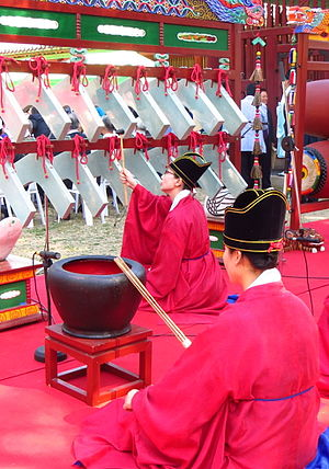 Yayue - Musicians striking an instrument derived from the bianqing called pyeongyeong, and a clay pot called Bu (derived from Fou) during a Confucian ritual at the Munmyo Shrine, Sungkyunkwan seowon, Seoul