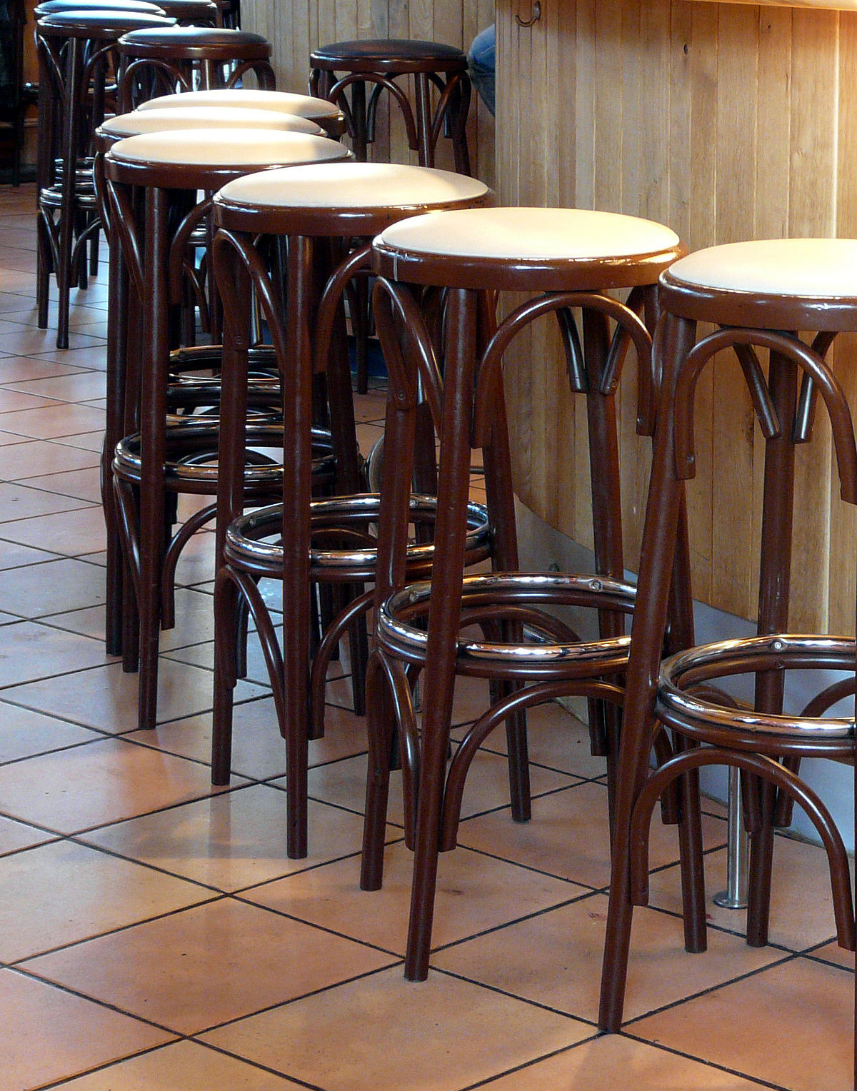 Bar stool wikipedia for Rattan barhocker