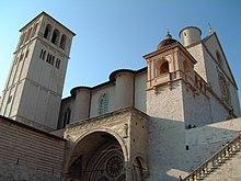 Il corpo della basilica visto dalla piazza inferiore di San Francesco