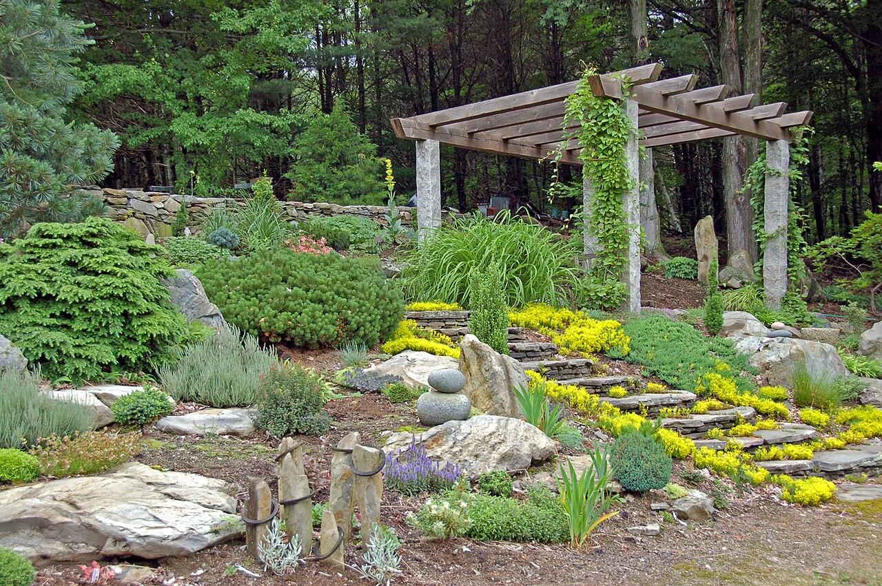 File bedrock garden 39 s rock wikimedia commons - Pebble garden decoration ideas ...