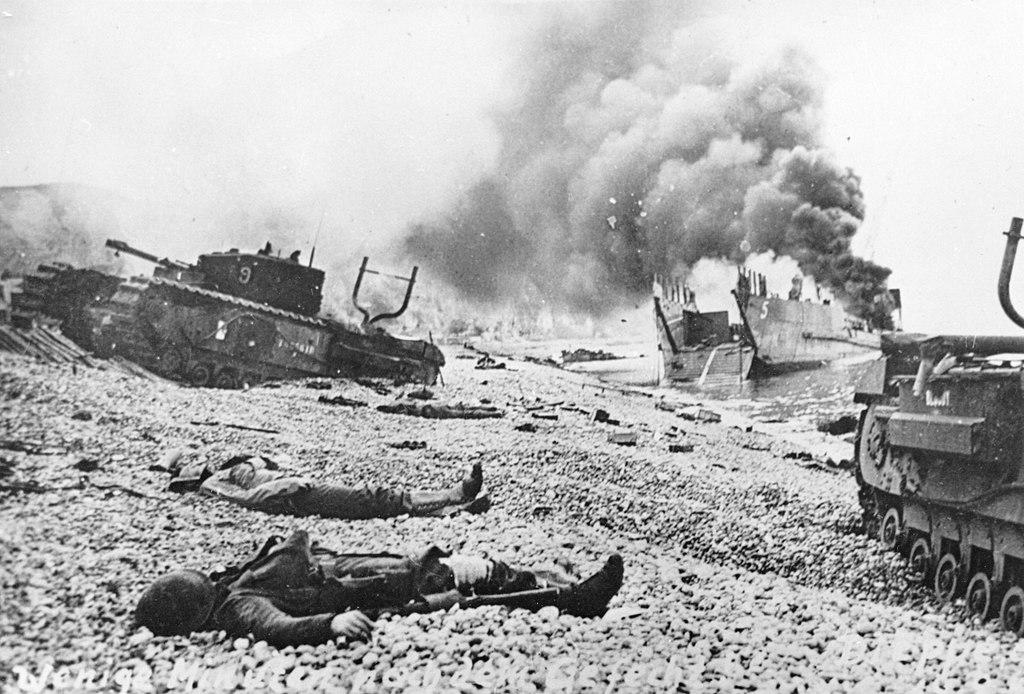 Zerstörte Landungsboote, Churchill-Panzer und tote kanadische Soldaten am Strand von Dieppe
