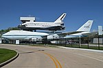 """Boeing 747-123 'N905NA' with replica Space Shuttle Orbiter """"Independence"""" (40638285572).jpg"""