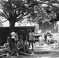 COLLECTIE TROPENMUSEUM Jongens onder een boom op straat TMnr 20000136.jpg