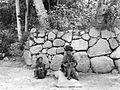 COLLECTIE TROPENMUSEUM K.K. Herman met de heilige hoofddoek 'Siboelang' en O. Schoeaon bij het graf van de voorlaaste Singa Maradje in de Toba-Bataklanden Noord-Sumatra TMnr 10016625.jpg