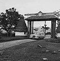 COLLECTIE TROPENMUSEUM Toegangspoort van de Mount Kenya Safari Club TMnr 20014548.jpg