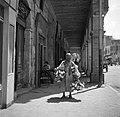Cairo Galerij met een man die lege blikjes verkoopt, Bestanddeelnr 252-1718.jpg