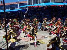 Diablada danctaĉmento pasante tra la stratoj de Oruro.