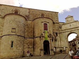 Veduta esterna della cattedrale, delle due absidi e dell'attigua Porta dei Vescovi
