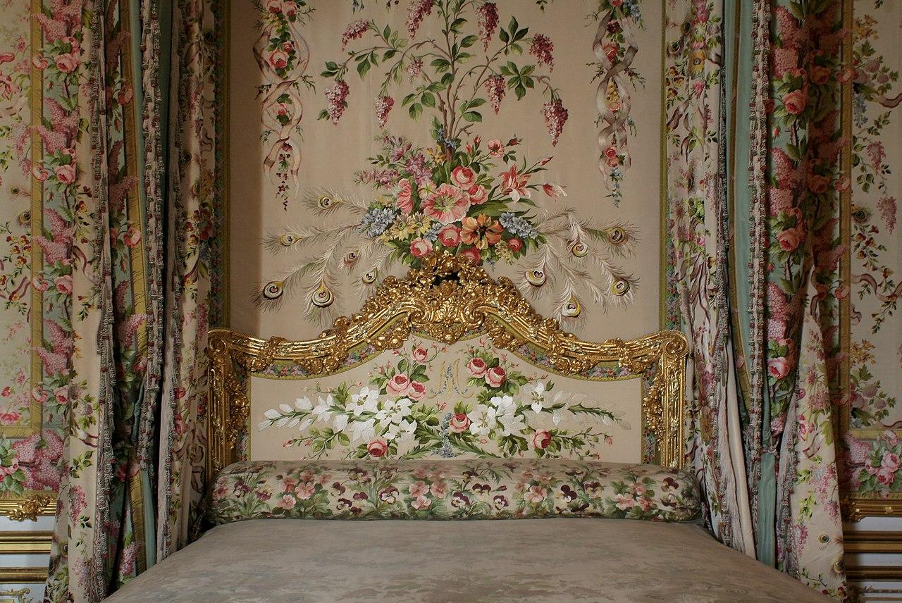 File ch teau de versailles chambre de la reine lit 02 for Chambre chateau