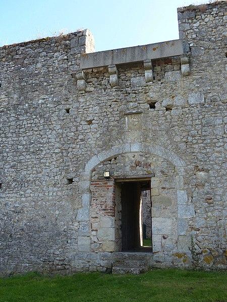 Château du Châtelard, Ébreuil (Allier). Porte de l'enceinte médiévale intérieure. Au-dessus de la porte, blason à identifier.
