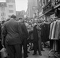 Deel van de markt waar kleding wordt verkocht, Bestanddeelnr 191-0957.jpg