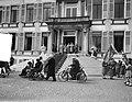 Defilé langs de koninklijke familie op het bordes van paleis Soestdijk, Bestanddeelnr 907-7264.jpg