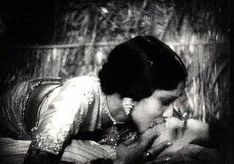 Himanshu Rai - Devika Rani kissing Himanshu Rai in Karma (1933)