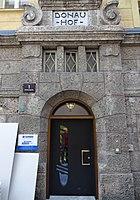 Donauhof Innsbruck Portal Schlossergasse.jpg
