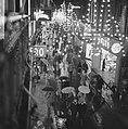 Drukte tijdens het winkelen in Kalverstraat te Amsterdam in verband met het nad…, Bestanddeelnr 918-5068.jpg