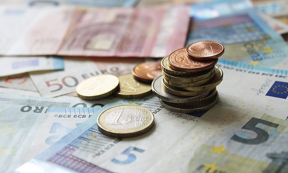 Euro-Geld auf Scheinen und Banknoten - 1 Euro Fokus mit Stapel