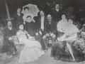 Familia Huerta Calopa (c. 1905) en el jardín de su casa en Alcalá de Henares.png