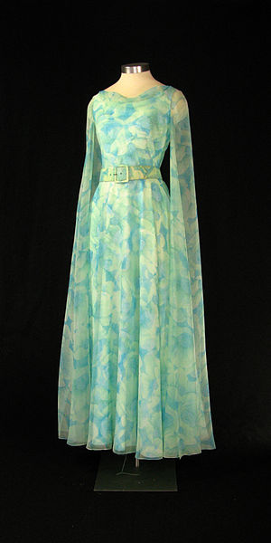 Archivo:First Lady Betty Ford's pale blue and green gown.jpg