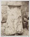Fotografi av relief föreställande kvinna som fäster sina sandaler - Hallwylska museet - 103046.tif