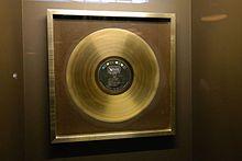 Disco d'oro a Shirley Bassey per la colonna sonora di Goldfinger (1964)