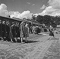 Groepen vrouwen staan aangetreden op een appelplaats Een kampbewaardster geeft , Bestanddeelnr 900-4805.jpg