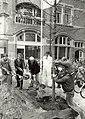 Haarlem is sinds gisteren een plataan rijker. Het nieuwe stukje groen aan het Stationsplein is een cadeau van de Bomenstichting aan de NS. De stichting bestaat twintig jaar en wil dit jubileum kracht .JPG