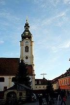 Hartberg_Kirchturm_mit_Weihnachtsmarkt.jpg