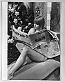 Hoepla voor VPRO-TV. Phil Bloom op sofa met de Trouw, Bestanddeelnr 934-6505.jpg