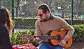Hombre tocando la guitarra.jpg