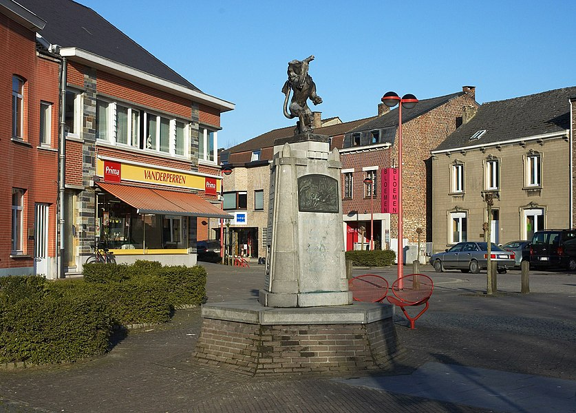 Oorlogsmonument te Huldenberg, gemaakt door de beeldhouwer Daniël Van Huffel. Voor twee andere foto's zie hieronder.    			 			 			 		 		 			 			 			 		   Camera location  50° 47′ 21.52″ N, 4° 34′ 59.95″ E   View this and other nearby images on: OpenStreetMap - Google Earth    50.789311;    4.583319