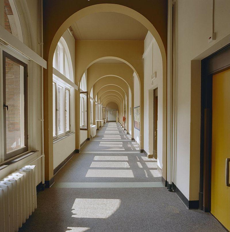http://upload.wikimedia.org/wikipedia/commons/thumb/4/46/Interieur%2C_eerste_verdieping_kloostergang_-_Nijmegen_-_20337589_-_RCE.jpg/800px-Interieur%2C_eerste_verdieping_kloostergang_-_Nijmegen_-_20337589_-_RCE.jpg