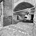 Interieur, zuidelijke onderste kazemat met 16e eeuwse keienvloer - 20000533 - RCE.jpg