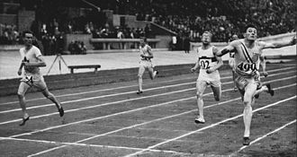Ray Barbuti - Barbuti (right) winning the 400 m event at the 1928 Olympics