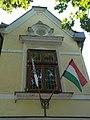 Kálmán Imre Múzeum, ablak és zászlók, 2019 Siófok.jpg