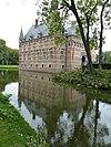 kasteel wijchen 04, westvleugel met zuidwesthoek spiegelend in de slotgracht