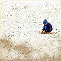 Kind speelt in het zand van De Loonse en Drunense Duinen in de winter van 2014.jpg